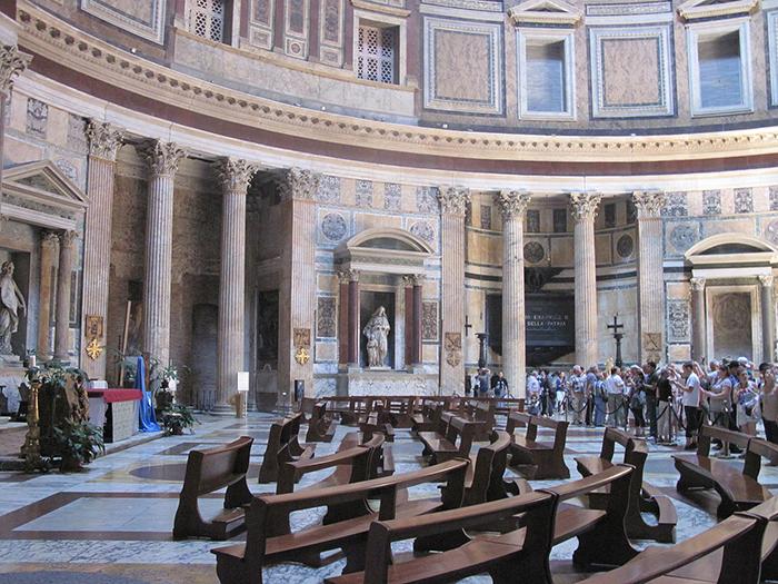 Внутри Пантеона.