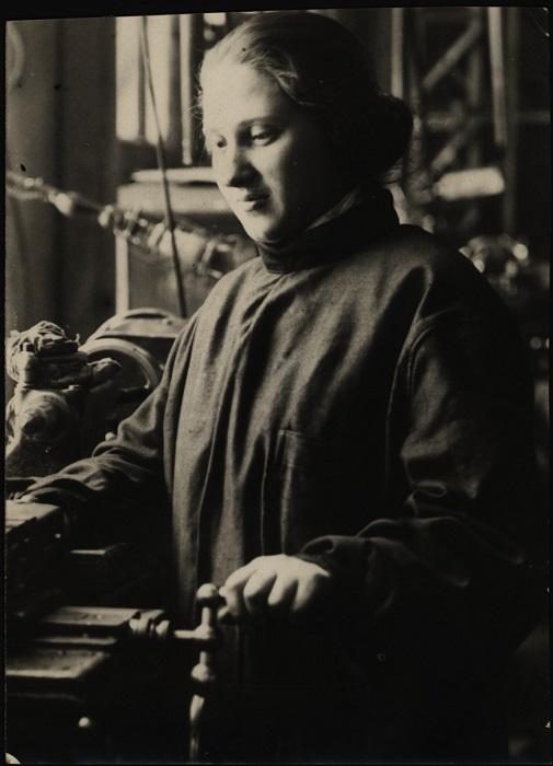 Еврейка - раздатчица главного механического цеха, 1926 год.