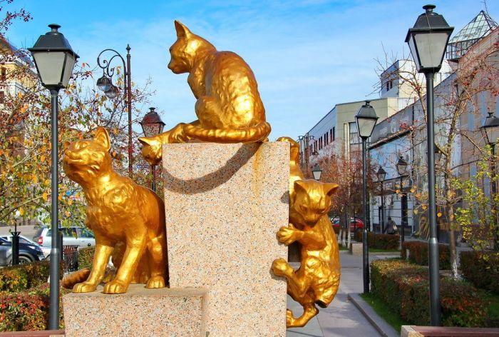 Одна из композиций в сквере сибирских кошек. / Фото: www.skyscrapercity.com